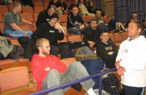 Hilti Stockholm och Martin Lindquist med tummen upp, PRIDE-aktuella David Bielkheden nere till höger var med och coachade.