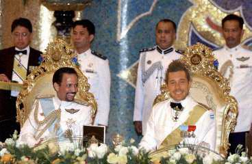 Här ser vi greven på bankett med sultanen själv, greven finner sig ju som vanligt i alla sorts sällskap.