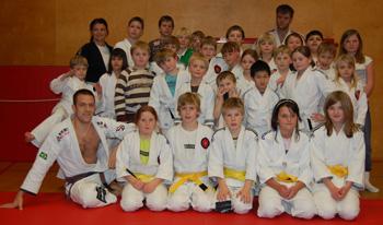 Alla med sina nya bälten, från vitt utan streck eller 1-4 och gult tom 2 streck!