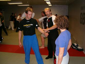 Johan Skålberg instruerar Ingrid och Paul (Tae kwon do i GBG)