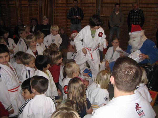 Dagens höjdpunkt var Jutsutomten som delade ut paket till alla förväntansfulla barn!