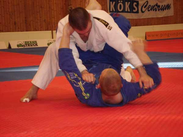 Marks finalmatch mot Kaishos Johnny Larsson i den öppna blå klassen. Efter Marks uppvisning av kast under dagen hoppade Johnny till guard tidigt i matchen. Därifrån kunde han senare sätta en armbar.
