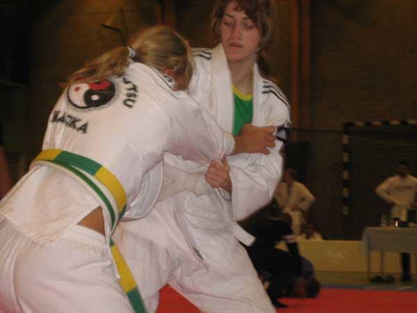 Cissi visar vem som bestämmer! Imponerande tävlingsdebut av Cissi som såg säker ut på mattan. Här mot en Nacka-tjej som vann efter en händelserik match.