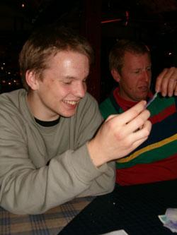 Kristoffer och Stefan inspekterar notan på Peppes Pizza - Avenyn.