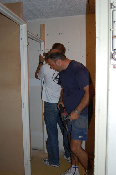 Tore och Martin gör förråd i skyddsrummet