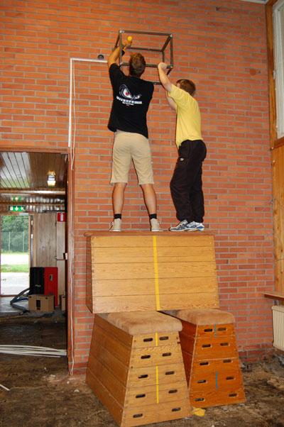 Mikael och Kristoffer plockar ned högtalarna från gamla lokalen