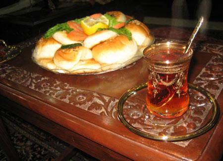 Te varje kväll (vi hängde varje kväll hemma hos Mohammed och snackade om allt möjligt, drack te och käkade hämtmat från KFC.)