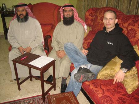 August blev intervjuad av Master Hisham (mitten) och Khaled (vänster) för Kuwaitisk TV, här är en bild från TV-soffan. (Jag fick också en del av mina 15 minuter i rampljuset.)