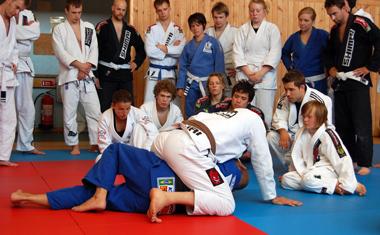 Välbesökt seminarie, här instruerar Marcelo escape från mount.