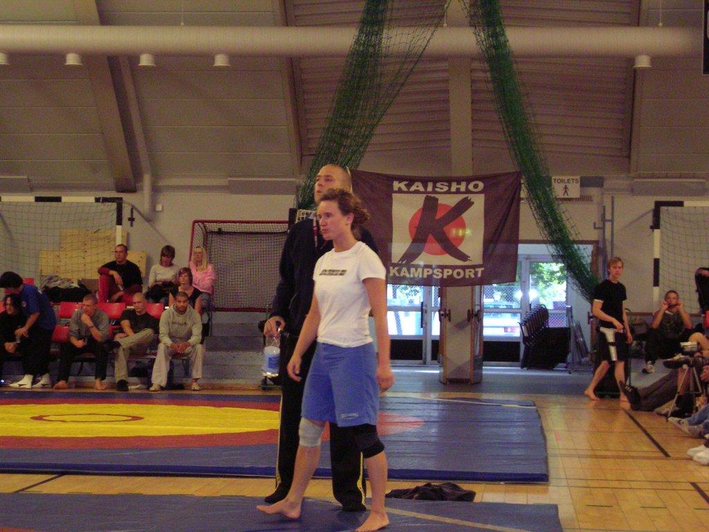 Ingrid på väg in i sin finalmatch mot Arnela från hemmaklubben Kaisho