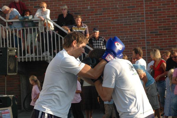 Sen var det dags för Kick/Thaiboxningen, Mikael går in och kopplar greppet om uppvisningen